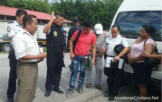 Policía y cristianos orando por conductor en la carretera