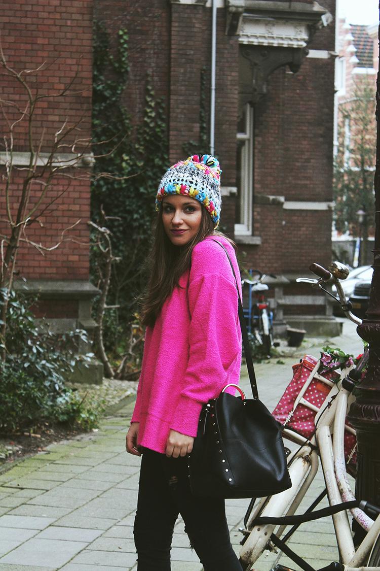 Outfit en Amsterdam con jersey rosa moda