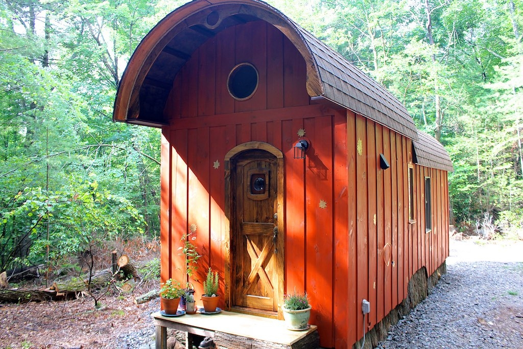 01-The-Unknown-Craftsmen-Architecture-with-the-Vintage-looking-Tiny-House-on-Wheels-www-designstack-co