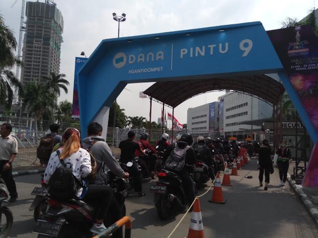 Antrian di hari pertama pembukaan Jakarta Fair
