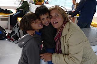 Yolanda, Izan y Joel en el catamarán.