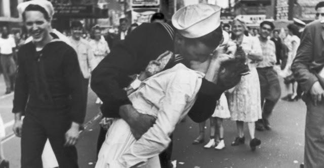Conheça os autores do beijo mais famoso do mundo