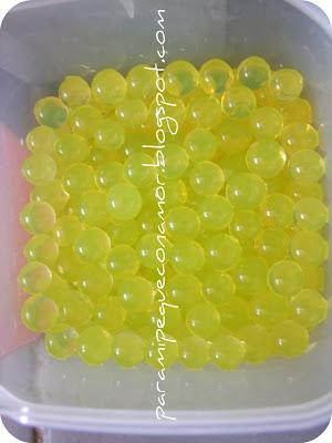 297153ba6 Si pones varios colores, hay que ponerlos por separado porque sino los  colorantes se mezclan y al final queda un único color. Nuestras bolas  verdes y azules ...
