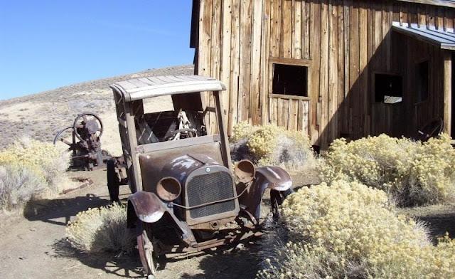 foto kota hantu dan mobil dari abad 18 di Berlin-Ichthyosaur Park  di Nevada