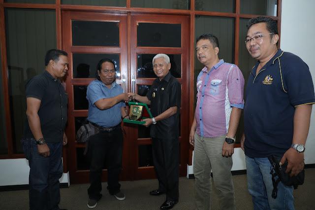 Wakil Bupati Asahan Surya memberikan plakat penghargaan dari Pemkab Asahan kepada pengurus IWO Asahan-Batubara Syafruddin Yusuf, Ibnu Hajar Piliang, M Yunus dan Salomo Malau.