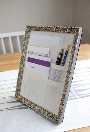 Bingkai foto untuk menata surat/memo dan pena