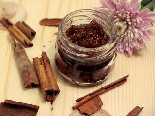 Un scrub de buze cu miere si scortisoara, cu un miros divin, pentru buze catifelate, numai bune de sarutat.