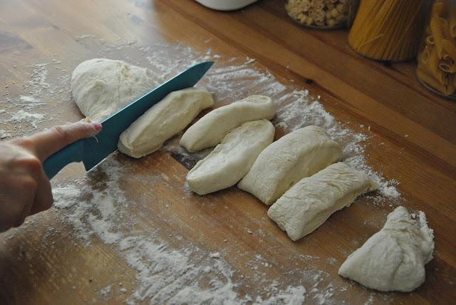 Brotteig in 9-10 Teigteile schneiden