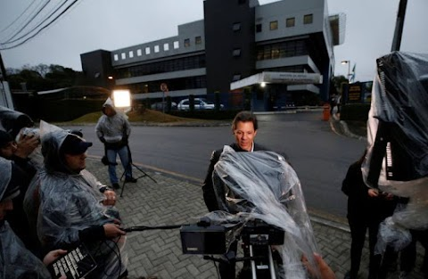Haddad grava programa eleitoral em frente à sede da Polícia Federal em Curitiba