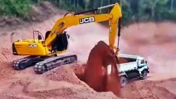 escavadeiras trabalhando na terraplanagem