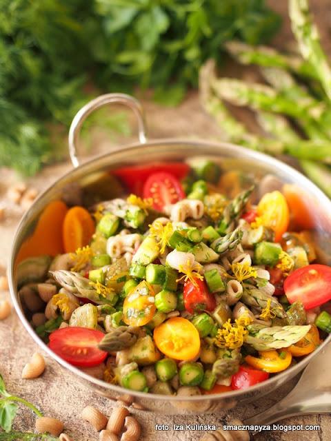 salatka makaronowa, szparagi zielone, pomidorki papryczkowe, ogorki malosolne, dodatek do obiadu, lunch, domowe jedzenie, przepis na salatke, pyszna salatka, makaron razowy, szparagowe szalenstwo