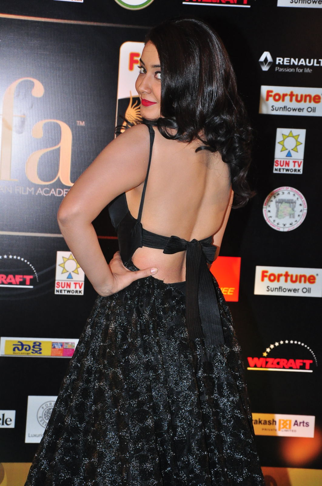 Rashi Khanna Hot Photos At Iifa Utsavam