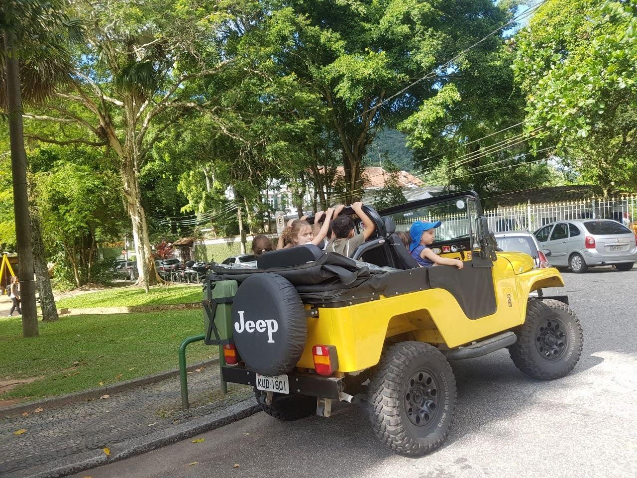 crianças subindo para o passeio de jeep