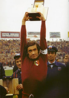 Paolino Pucci with the trophy he won as Serie A's top scorer in 1975-76