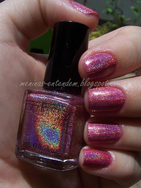 esmalte rosa holográfico no sol
