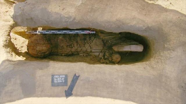 Hallan en Egipto un entierro único con momia de hace 2000 años