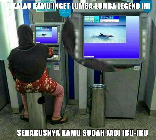meme lucu seorang ibu sedang duduk didepan ATM