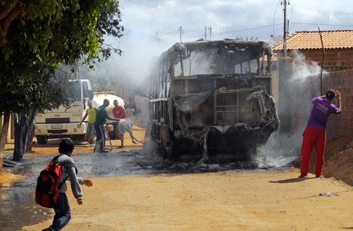 Ônibus é incendiado
