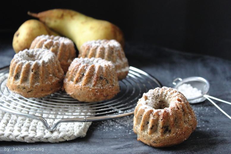 Kleine Buchweizenkuchen, mini bundt-cakes, mit Birne und Schokolade, sowie Preiselbeersahne... das Rezept vom Sonntagssüß heute beim Südtiroler Foodblog kebo homing, Foodstyling und Fotografie