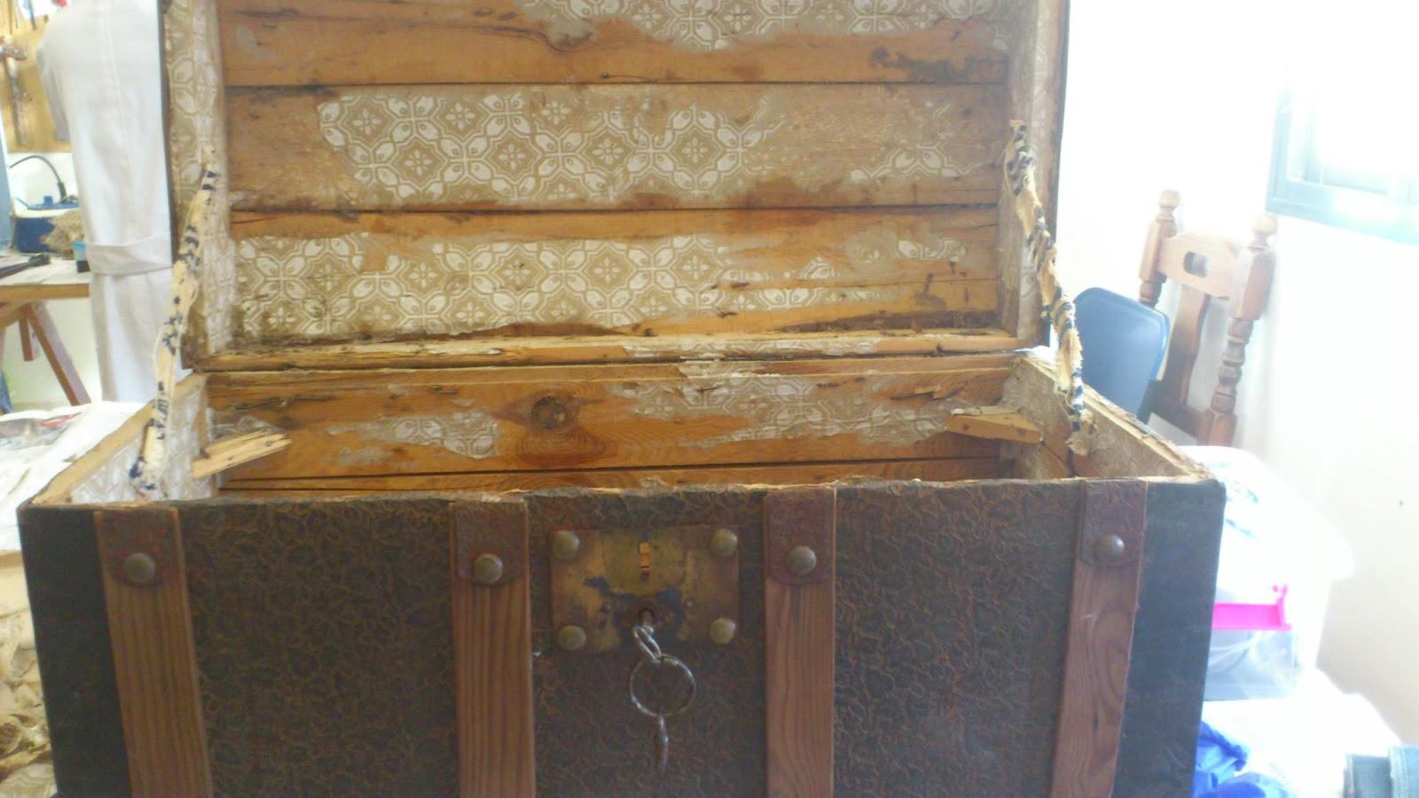 Madera de mindi restaurando aquel ba l antiguo - Como forrar muebles con tela ...