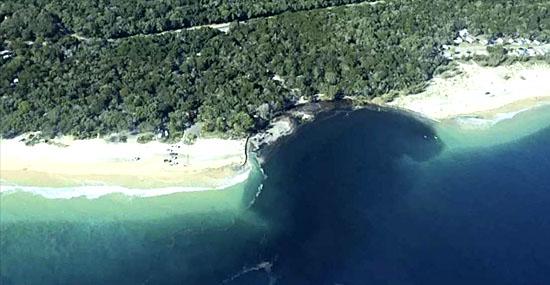 Buraco enorme aparece de repente em praia da Austrália e intriga cientistas