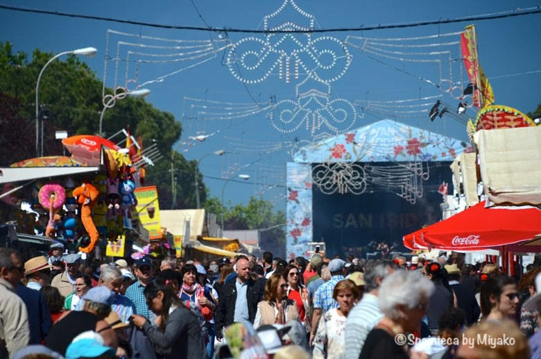 Fiestas San Isidro en Madrid マドリードのサンイシドロ祭りを楽しむ人々