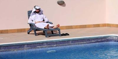 Havuzda güneşlenen Arap turist