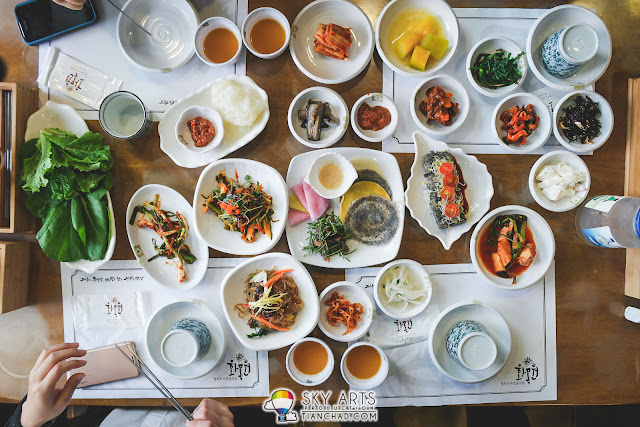 Rainbowish beautiful korean dishes served at Hwa Mok Won 화목원 - Jeju Island