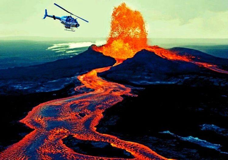 Kilauea Volkanı'na düşen helikopter neyse ki volkanın lavlı bölgesine düşmedi.