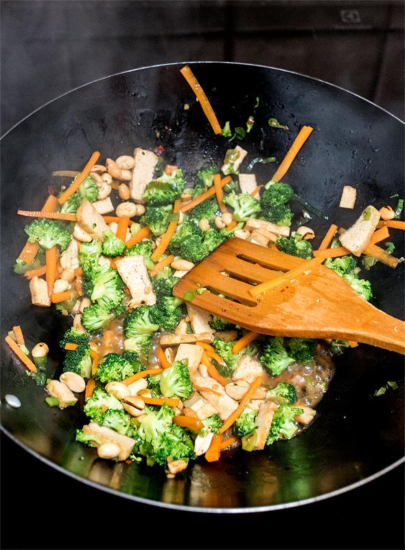 Pečeni rezanci z zelenjavo zelenjava v voku