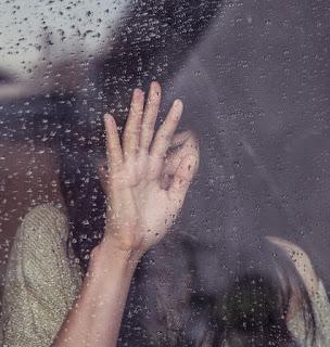 persoană care se ferește în spatele unui geam plouat - imagine preluată de pe c.pxhere.com via google images