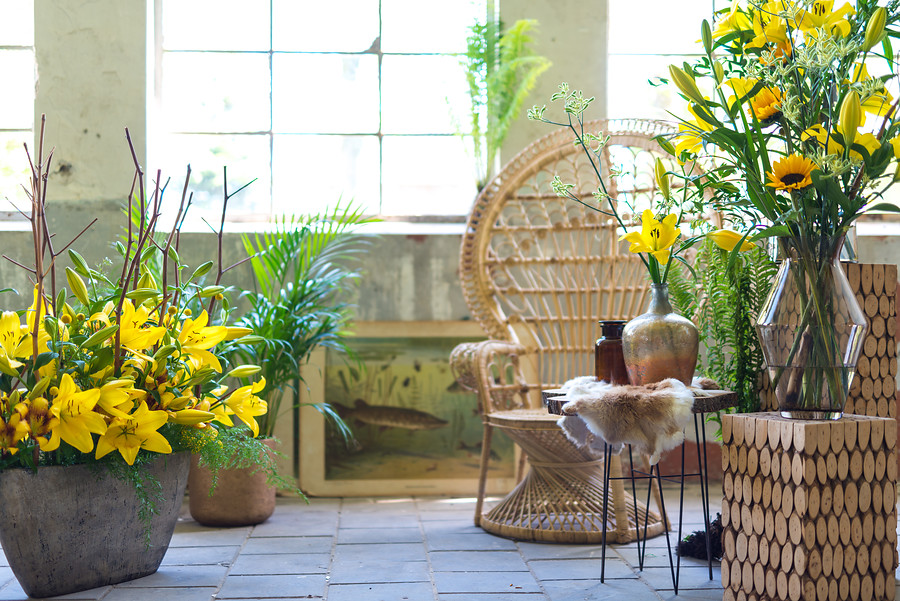 arreglos florales con azucenas amarillas