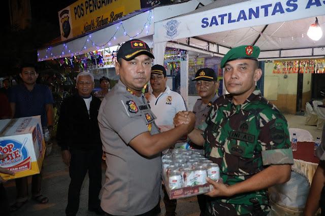 Kapolres Asahan AKBP Faisal F Napitupulu memberikan bantuan pada personel yang bertugas di pospam.