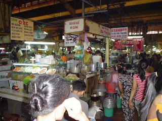 Vietnamitas en el Mercado Ben Thanh. Ho Chi Minh. Vietnam