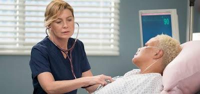 Ellen Pompeo e Caroline Clay na 15ª temporada de Grey's Anatomy; paciente igual a médico