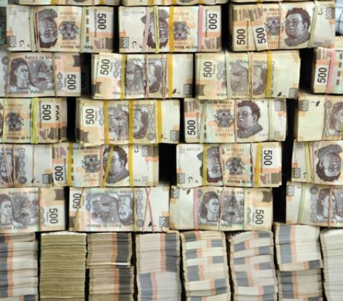 Fajos de billetes mexicanos