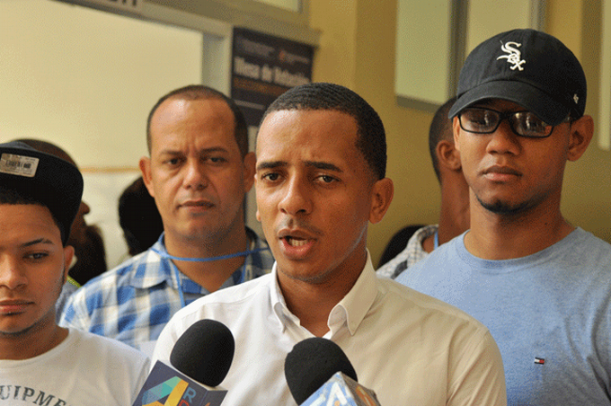 Estudiantes se querellan contra presidente de la FED y un regidor por venta de visas falsas