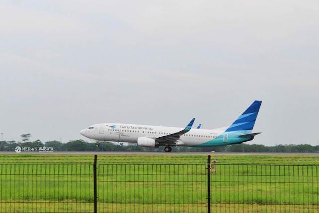 Melihat Pesawat di Pinggir Landasan Bandara Kualanamu