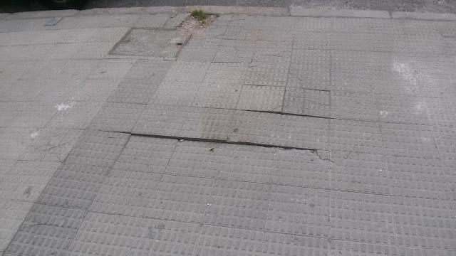 Estado de la acera en la calle Gaudí de Zuazo