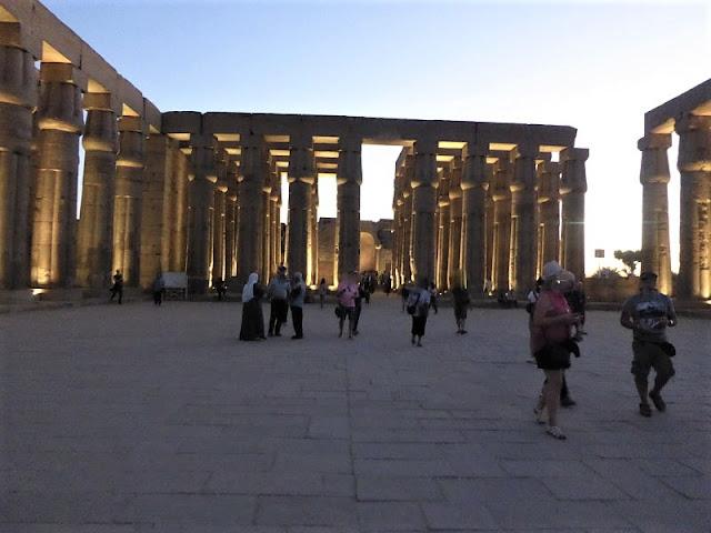 cortile del tempio di luxor illuminato