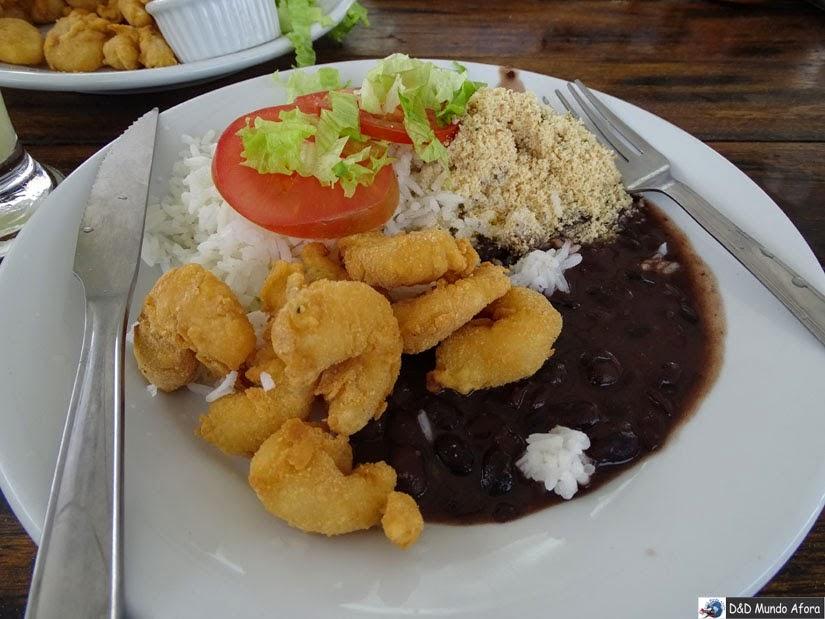 O que fazer em Cabo Frio à noite - Comer na praça de alimentação do calçadão