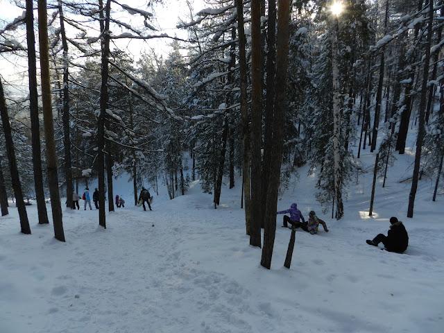 Люди скатываются с горы Сугомак