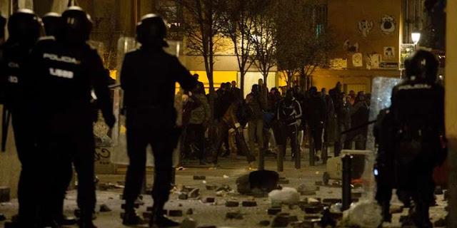 Une manifestation de protestation consécutive au décès d'un vendeur à la sauvette sénégalais a dégénéré en heurts avec la police, jeudi soir 15 mars, dans un quartier du centre de Madrid, des protestataires accusant des policiers municipaux de l'avoir pourchassé.