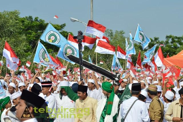 Kirab Santri Tebuireng Diwarnai dengan Bendera Merah Putih, bukan Bendera Khilafah
