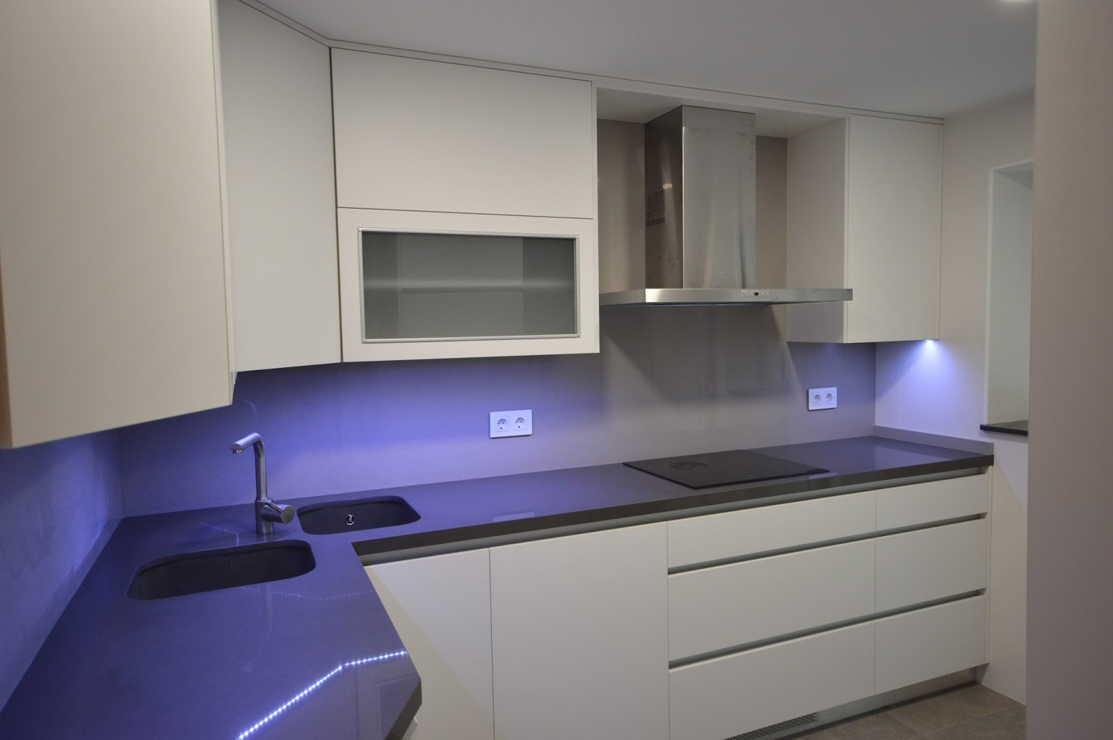 Reuscuina muebles de cocina en blanco mate sin tiradores for Muebles de cocina sin tiradores