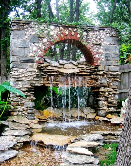 10 Desain Taman Belakang Dengan Kolam Air Terjun Mini Yang Mengagumkan - 006