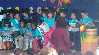 Entrega diploma graduación infantil
