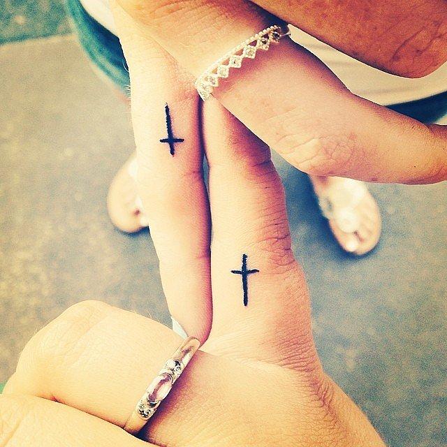 Tatuaje de pareja con cruces pequeñas