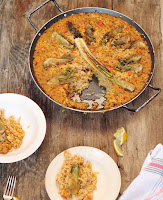 Arroz con verduras, alcachofas, calçots y salsa romesco