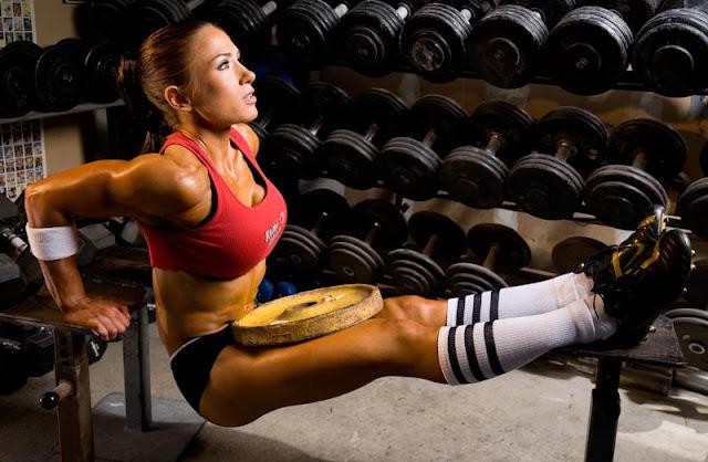Prostowanie ramion w podporze, trening bez sprzętu.